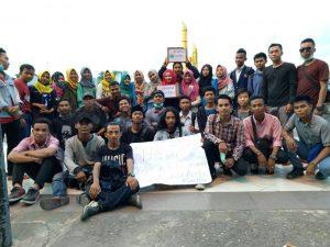 Puluhan aktivis PMII se-Kota Pontianak berfoto bersama usai galang dana di Bundaran Digulis Universitas Tanjungpura, Kamis (22/12/2016).