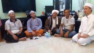 MASUK ISLAM - Habib Thoha bin Husein Al-Jufri, menggandeng pria Dayak Iban, Kuching, Malaysia, usai mengikrarkan diri masuk Islam. Foto: Istimewa